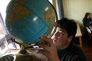 """Javier y sus compañeros usan el globo terráqueo del colegio para responder a preguntas sobre geografía y sobre los cambios del mundo."""" title=""""Javier y sus compañeros usan el globo terráqueo del colegio para responder a preguntas sobre geografía y sobre los cambios del mundo."""